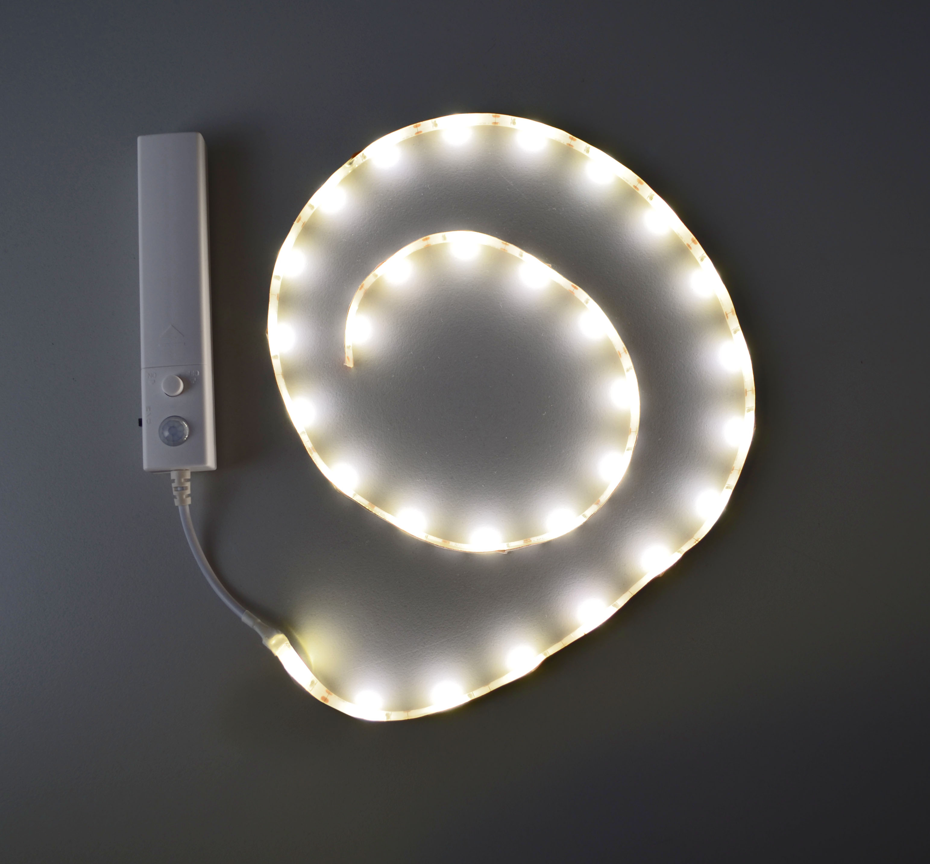 x4 life led band 100cm mit bewegungsmelder batterie 30 leds 300lm ebay. Black Bedroom Furniture Sets. Home Design Ideas